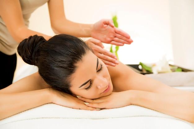 Bella giovane donna con un massaggio
