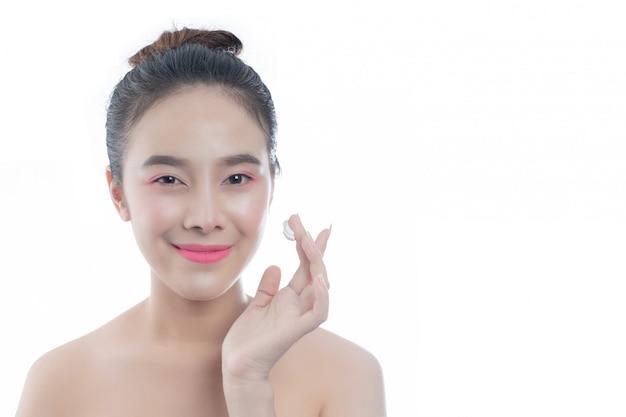 Bella giovane donna con un sorriso felice espressioni facciali e gesti a mano, concetti di bellezza e spa