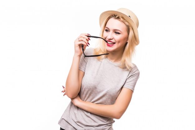 Bella giovane donna di pensiero in cappello e vetri trasparenti