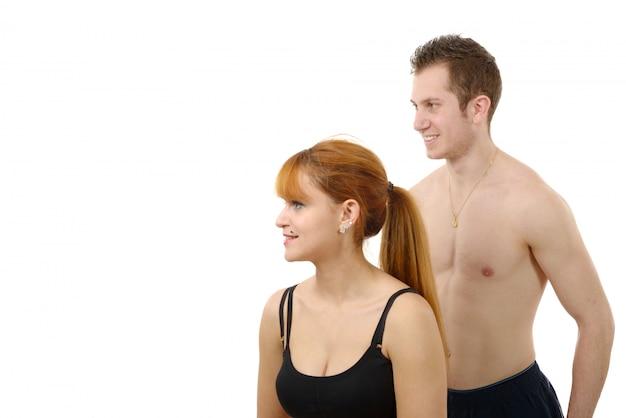 Bella giovane donna e uomo facendo esercizi di stretching