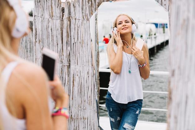 Bella giovane donna felice di musica