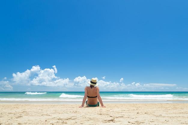 Bella giovane donna, godendo sulla spiaggia