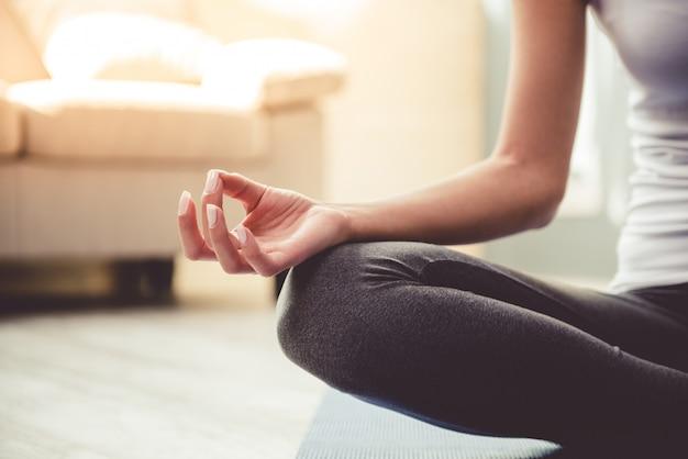 Bella giovane donna in abiti sportivi che fa yoga