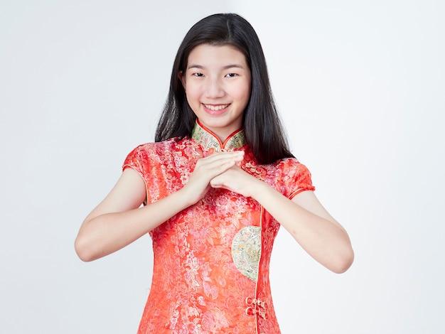 Bella giovane donna in abito cinese tradizionale