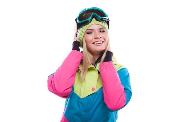 Bella giovane donna in abito da sci