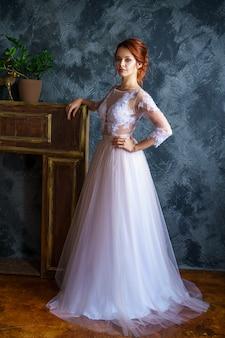 Bella giovane donna in abito da sposa bella sposa acconciatura e trucco bella.