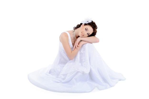 Bella giovane donna in abito da sposa bianco