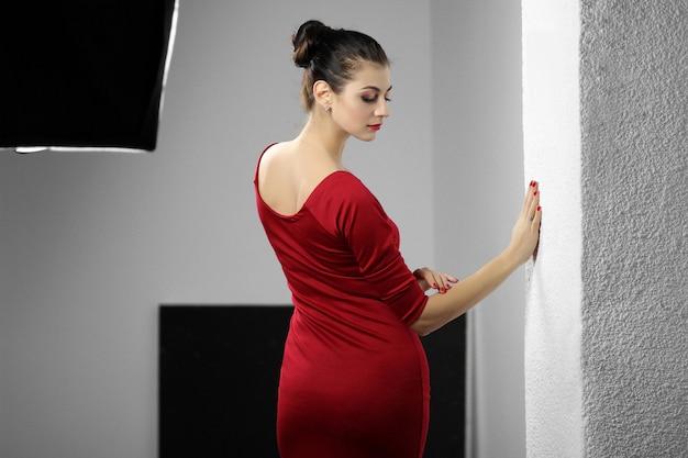 Bella giovane donna in abito rosso
