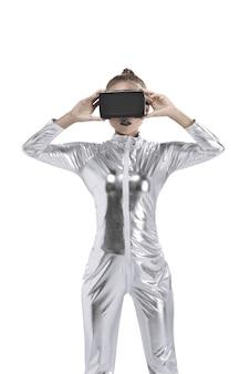 Bella giovane donna in costume in lattice argento e cuffia vr