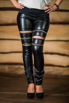 Bella giovane donna in leggings strappati