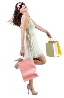 Bella giovane donna in posa con borse della spesa
