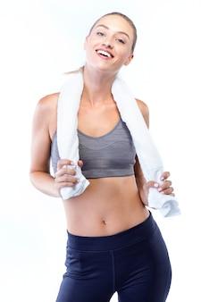 Bella giovane donna in posa dopo aver fatto pilates su sfondo bianco.