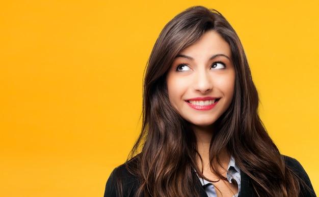 Bella giovane donna in un'espressione pensosa