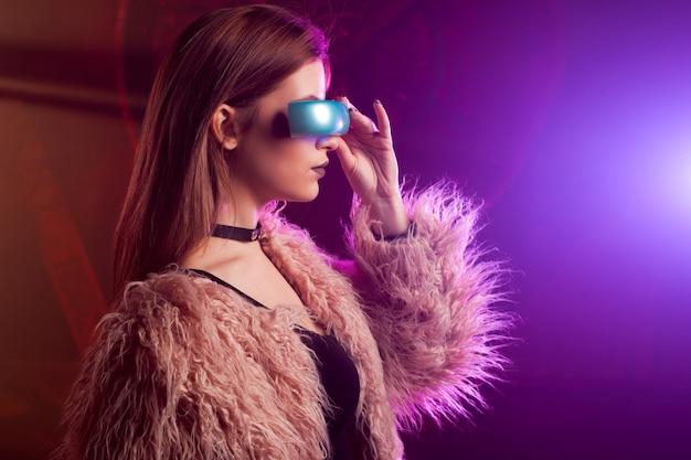 Bella giovane donna nella realtà virtuale, lo stile cyberpunk, luce al neon, concetto di vr