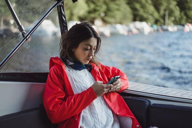 Bella giovane donna scattare foto su uno smartphone