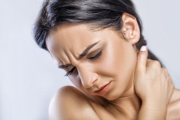 Bella giovane donna sensazione di dolore al collo