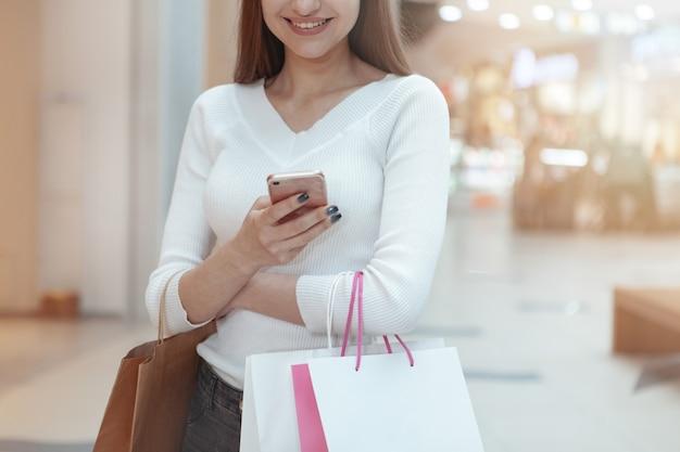 Bella giovane donna shopping presso il centro commerciale locale