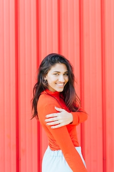 Bella giovane donna sorridente che guarda l'obbiettivo