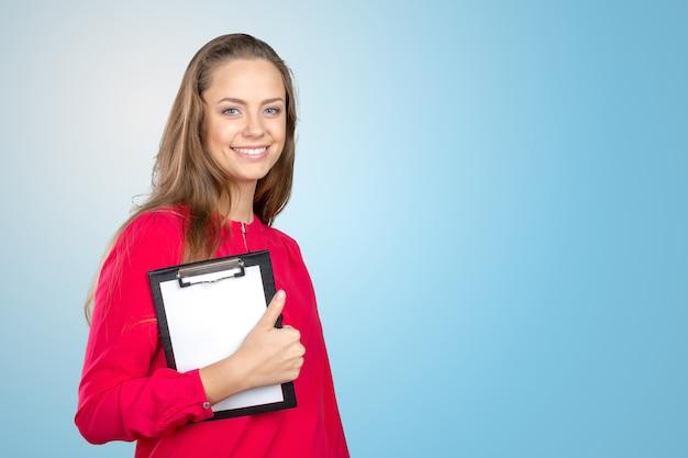 Bella giovane donna sorridente felice che mostra lavagna per appunti in bianco