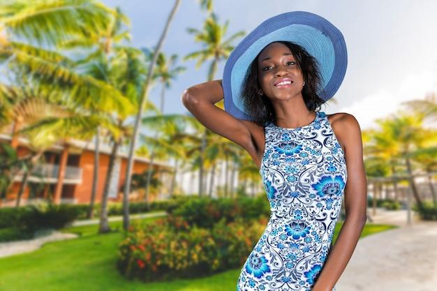 Bella giovane donna sudafricana inbeautiful giovane donna sudafricana in cappello blu