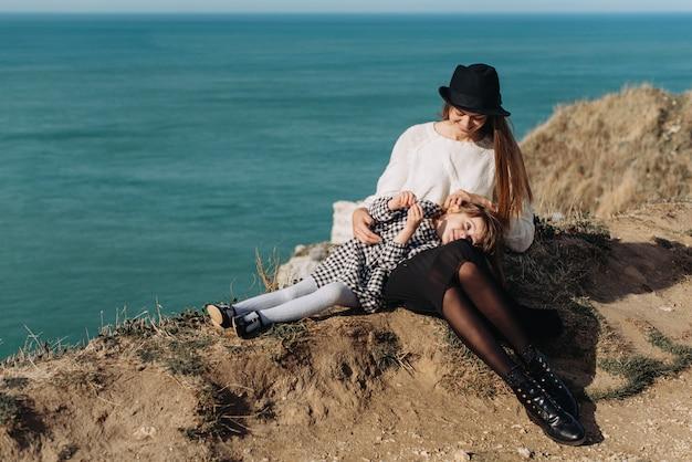 Bella giovane famiglia sulla riva sabbiosa dell'oceano per rilassarsi e divertirsi