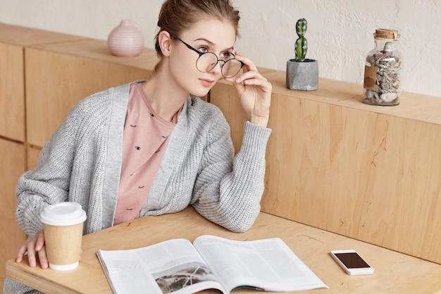 Bella giovane femmina studiando a casa