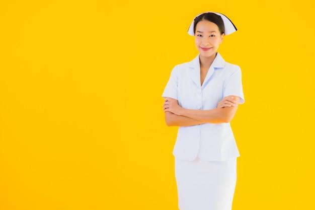Bella giovane infermiera tailandese asiatica del ritratto
