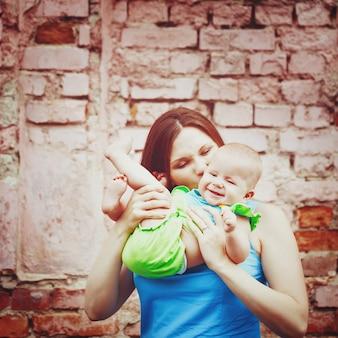Bella giovane madre che gioca con il bambino
