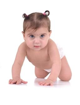 Bella giovane neonata che striscia isolato su cenni storici bianchi