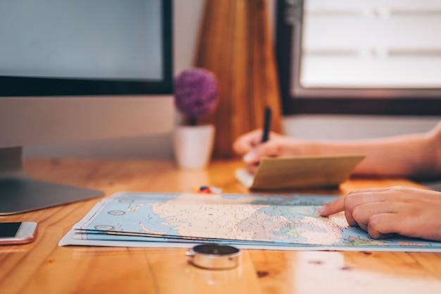 Bella giovane pianificazione viaggio di viaggio