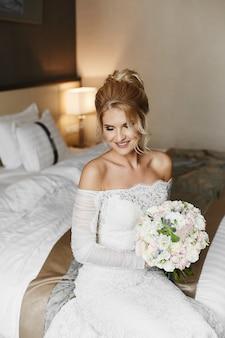 Bella giovane sposa nel suo abito da sposa