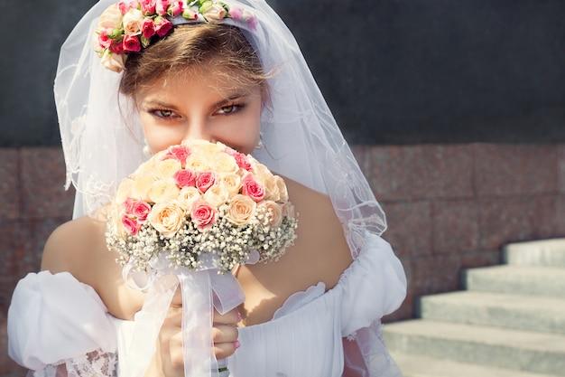 Bella giovane sposa
