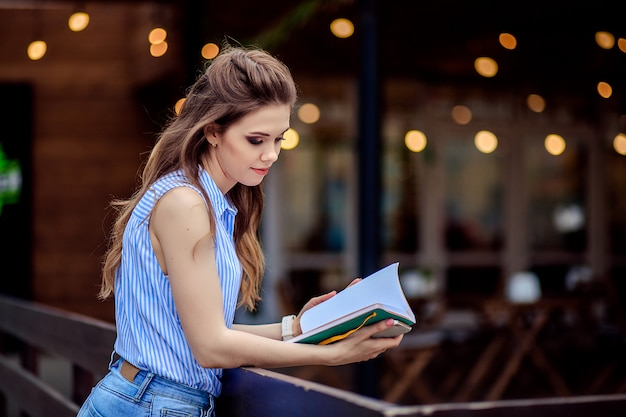 Bella giovane studentessa con un libro