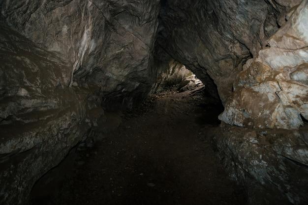 Bella grotta vista dall'interno di un sotterraneo buio.
