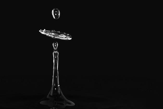 Bella illustrazione di una spruzzata d'acqua con uno sfondo nero