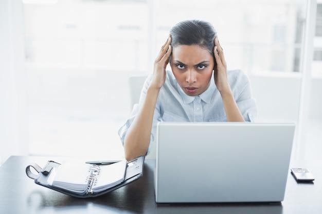 Bella imprenditrice di poppa soffre di mal di testa