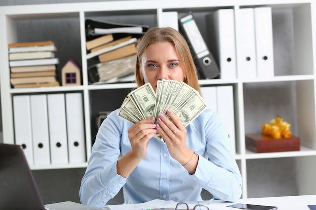 Bella imprenditrice mostrando soldi
