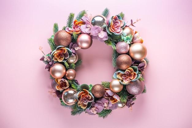 Bella insolita decorazione ghirlanda di natale sul rosa. disteso