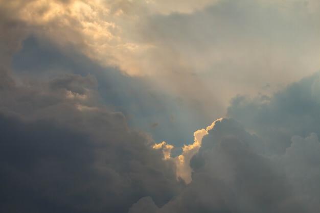 Bella luce del fascio di sole cielo linea splende attraverso le nuvole, raggio di sole attraverso le nuvole