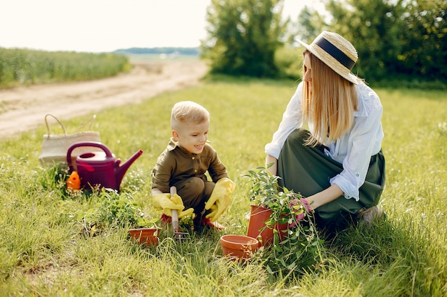 Bella madre con figlio piccolo in un campo estivo