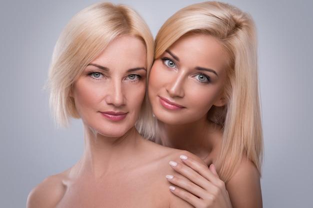 Bella madre di mezza età e sua figlia adulta