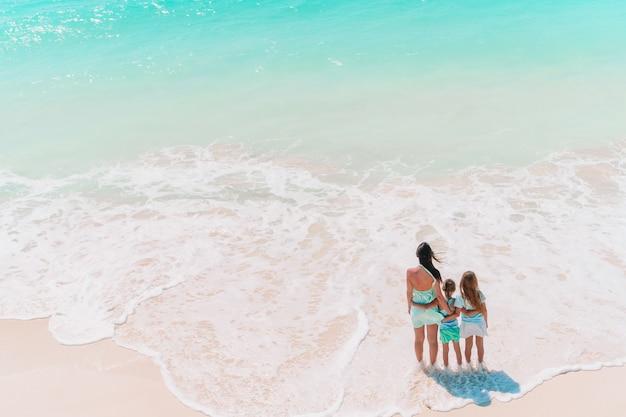Bella madre e la sua piccola figlia adorabile alla spiaggia