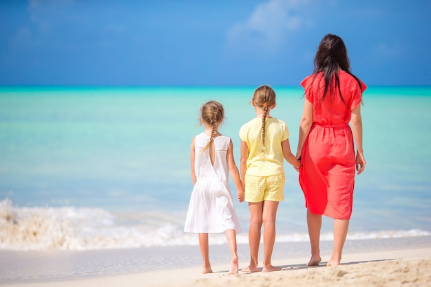 Bella madre e le sue adorabili figlie sulla spiaggia