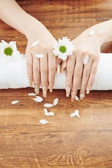 Bella manicure creativa e fiori margherita