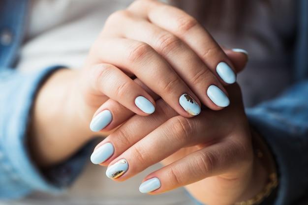 Bella manicure. rivestimento in smalto gel blu, goffrato.