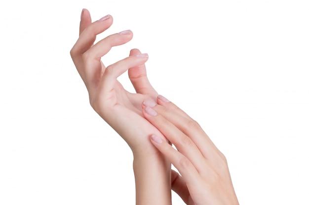 Bella mano della donna che si distende con il massaggio isolato su priorità bassa bianca