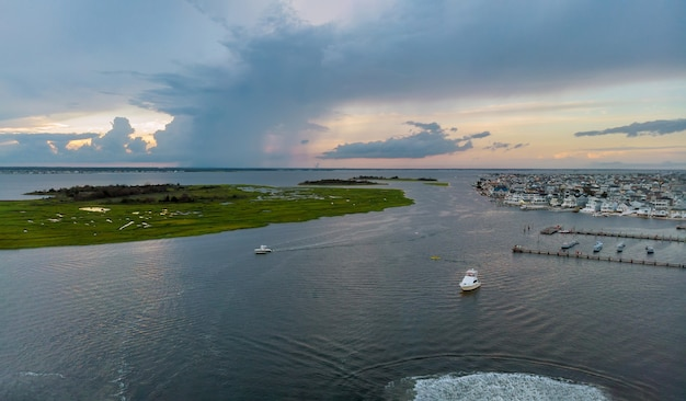 Bella marina sull'oceano in vista aerea di una zona residenziale costiera di moli di barche sulla spiaggia