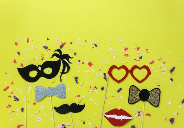 Bella maschera di festa di carnevale o oggetti di scena di foto stand