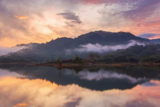 Bella mattina del paesaggio con il sol levante sul lago