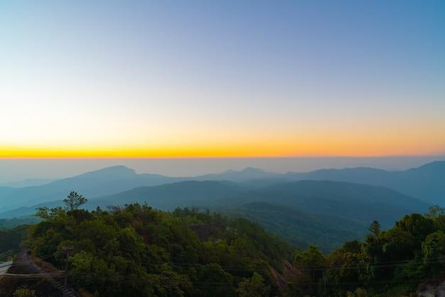 Bella montagna di strato con cielo all'alba al crepuscolo